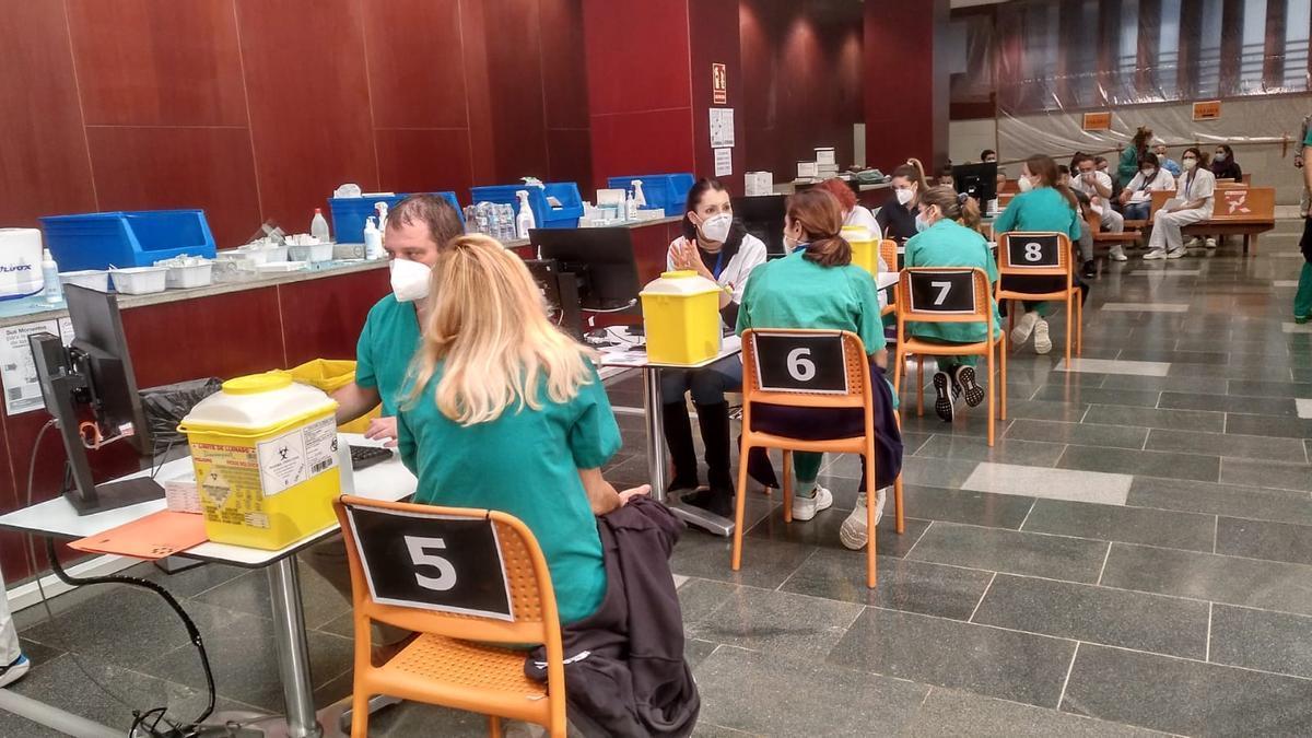 Vacunación de profesionales sanitarios en el Hospital Universitario Nuestra Señora de Candelaria.