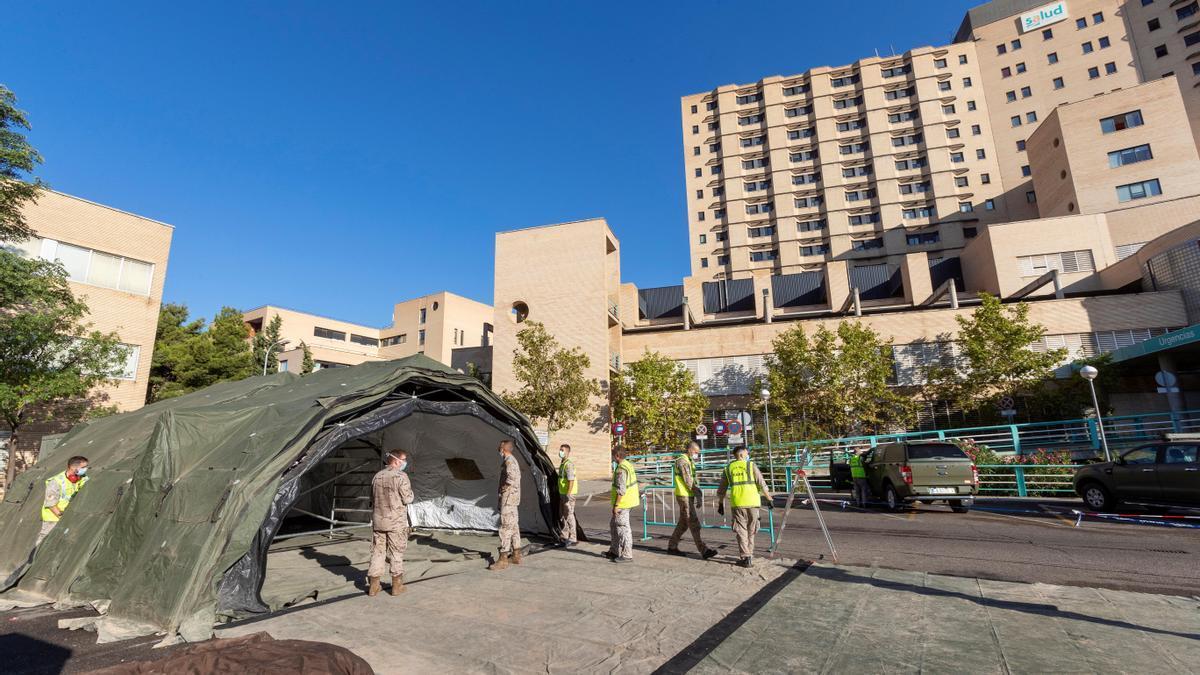 Preparación de una carpa de triaje en Zaragoza.