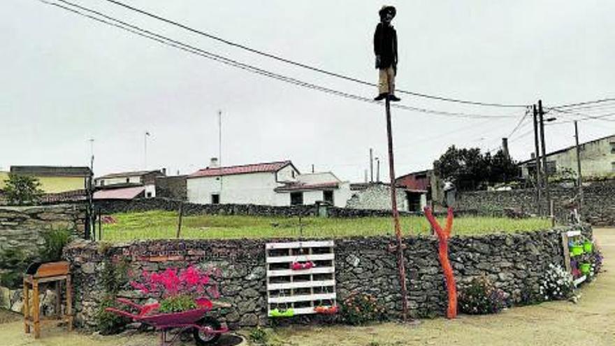 """La """"plaza de las flores"""", en Almeida de Sayago, adornada por vecinos"""