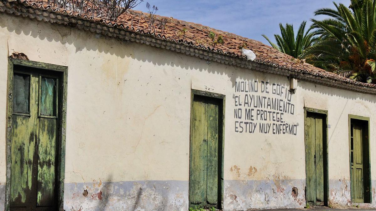 La pintada que alertaba del deterioro del antiguo molino fue borrada por miembros de la Asociación Molino de Gofio de Tacoronte este sábado.