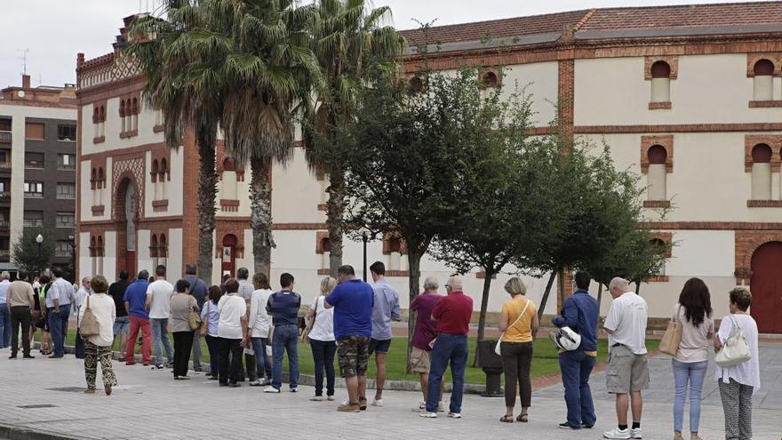 El primer día de venta de entradas para los toros congrega a un centenar de aficionados