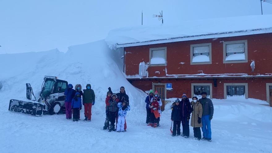 """Así es la impresionante nevada en el alto de San Isidro: """"Nunca había visto algo así"""", explica el operario de una quitanieves"""