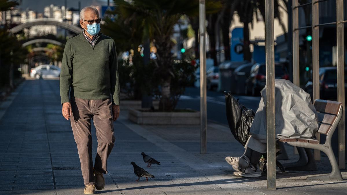 Un hombre pasea en Tenerife con su mascarilla.