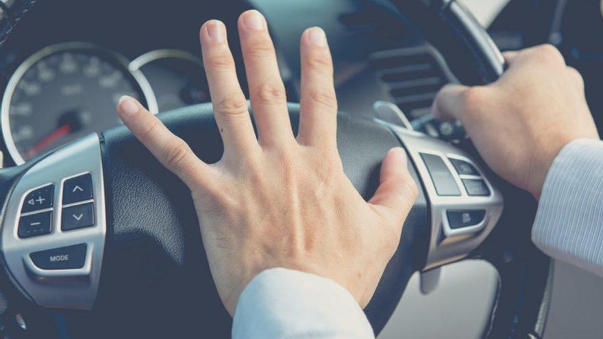 Cómo y cuándo debes usar el claxon del coche