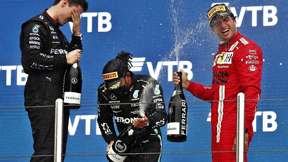 Verstappen, Hamilton y Sainz en el podio del Gran Premio de Rusia.    EFE
