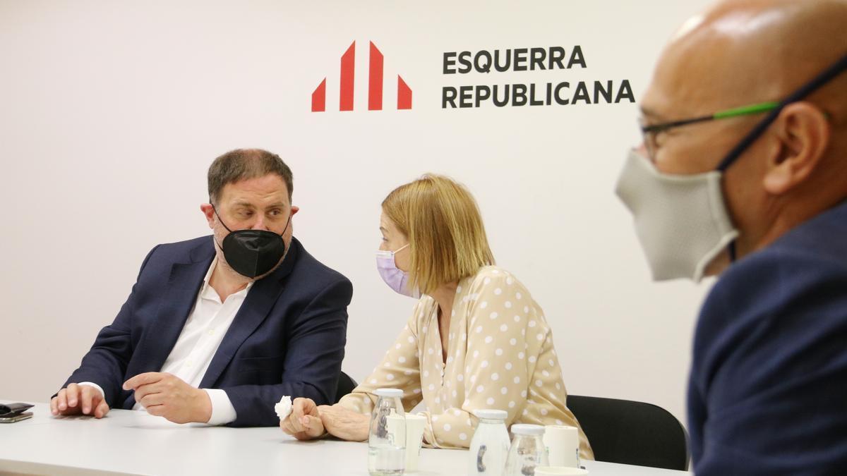 Oriol Junqueras i Carme Forcadell conversen durant la primera reunió de la permanent nacional d'ERC un cop indultats, amb Raül Romeva al costat. Imatge del 28 de juny del 2021. Horitzontal.