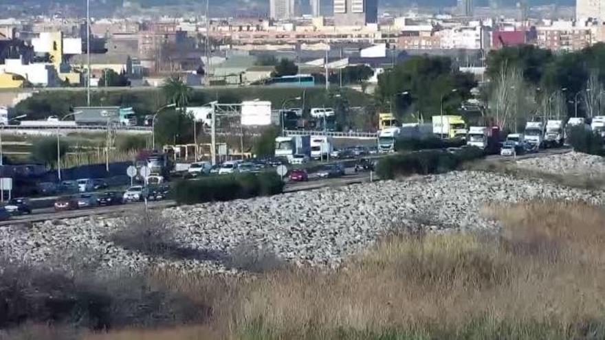 Retenciones kilométricas en la V-30 en dirección al puerto de València