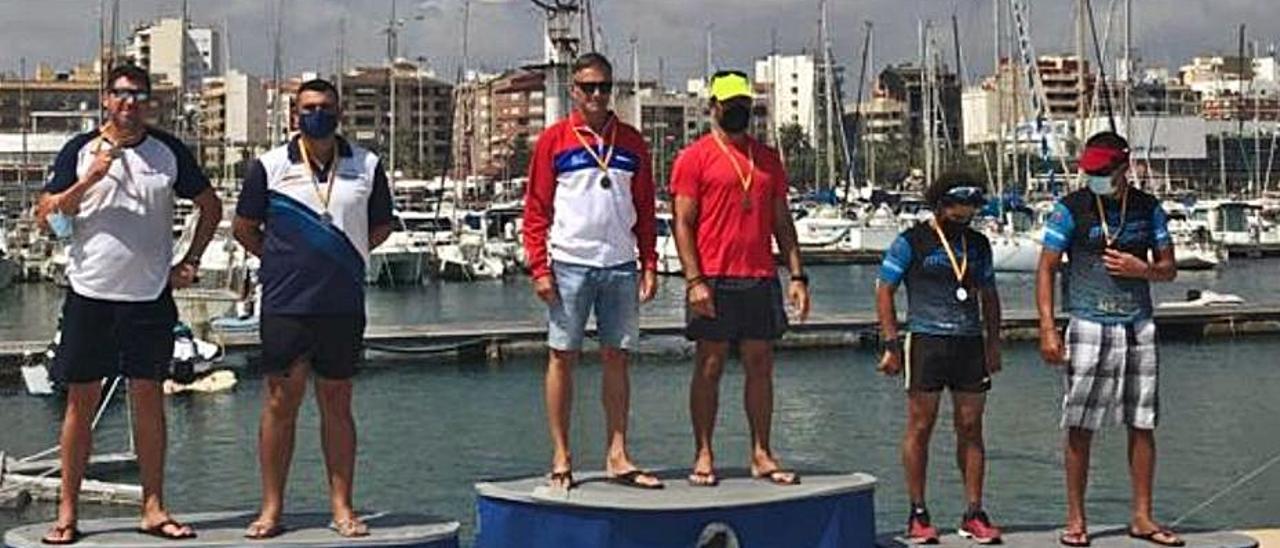 Javier Cárcel, junto a su compañero, en el podio.   LEVANTE-EMV