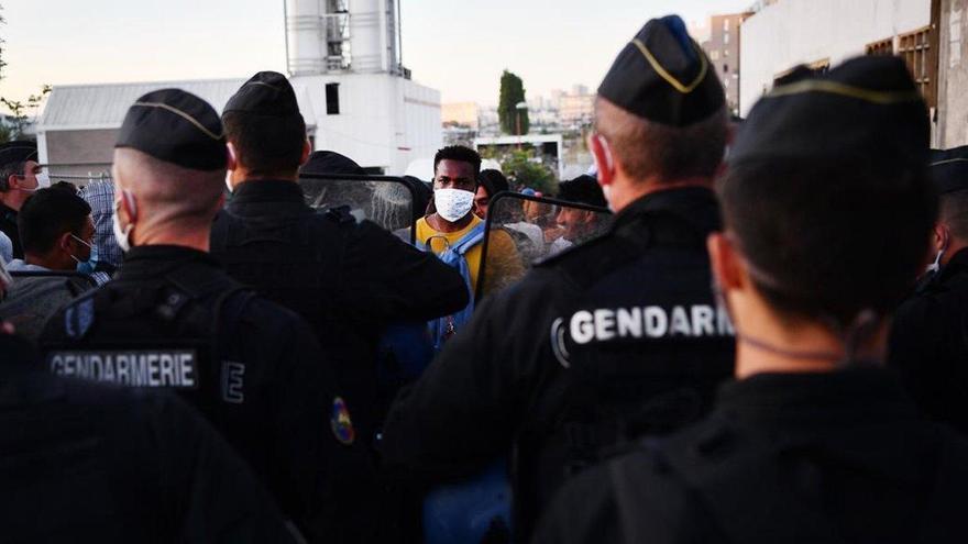 París echa el cierre a un vasto campamento de inmigrantes