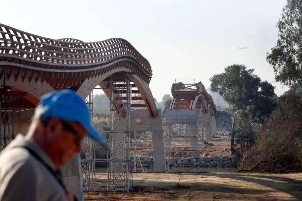 La instalación del último tramo del puente de madera sobre el río Guadalhorce comienza este martes 18 de febrero.