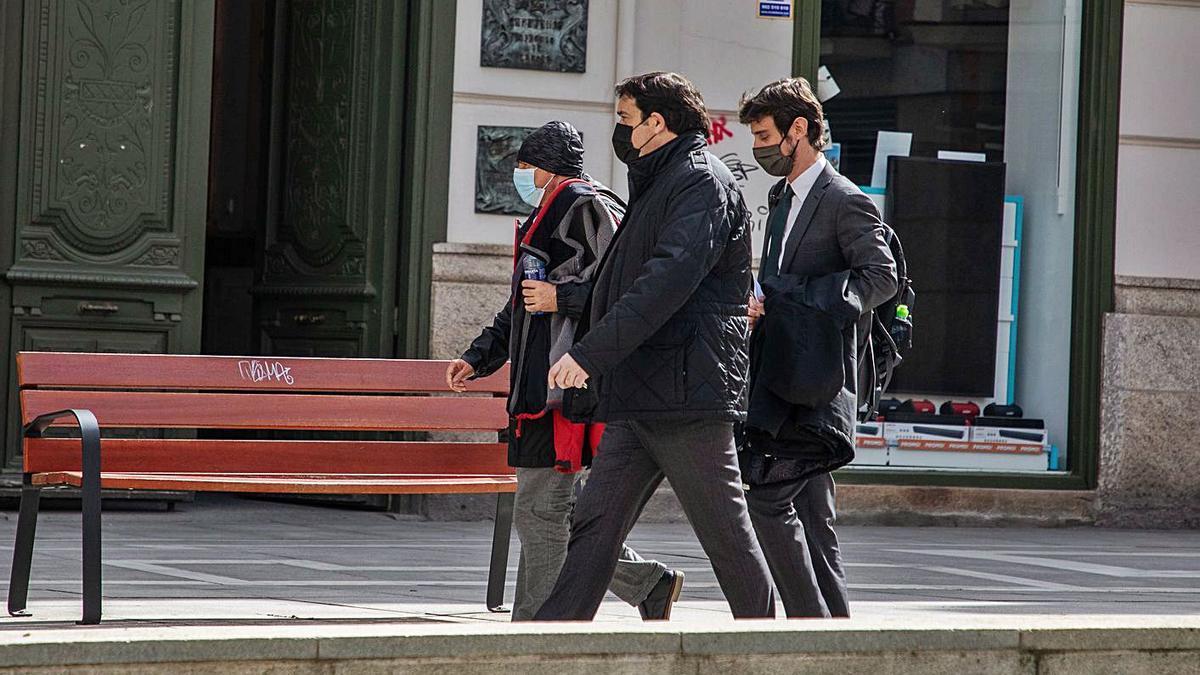 Alberto Vega, junto a sus abogados tras quede en libertad con cargos hace una semana. | Nico Rodríguez