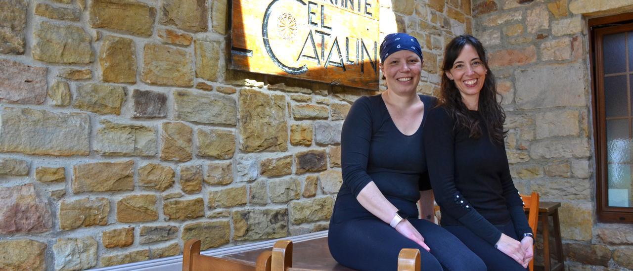 Noelia y Jéssica Cernuda Caveda, a la entrada de su establecimiento en la zona de la terraza.