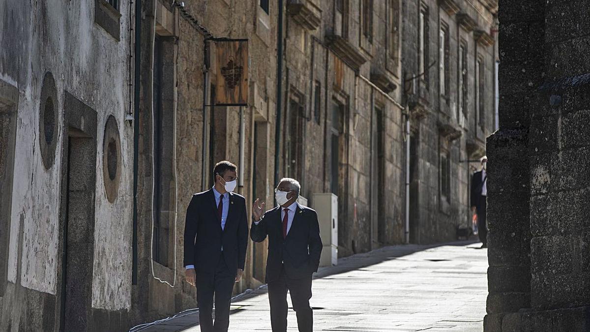 Pedro Sánchez y Antonio Costa pasean por las calles de Guarda. | Emilio Fraile