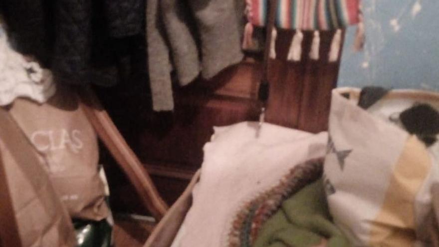 """Una mujer denuncia en Asturias a su casera por """"retenerla"""" en su cuarto durante cuatro días: """"Cogió un hacha y me amenazó con matarme"""""""