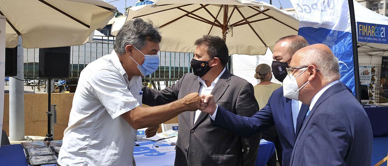 Antonio Morales, Augusto Hidalgo y Luis Ibarra, de derecha a izquierda, en uno de los 'stands' de Fimar. | | JOSÉ CARLOS GUERRA