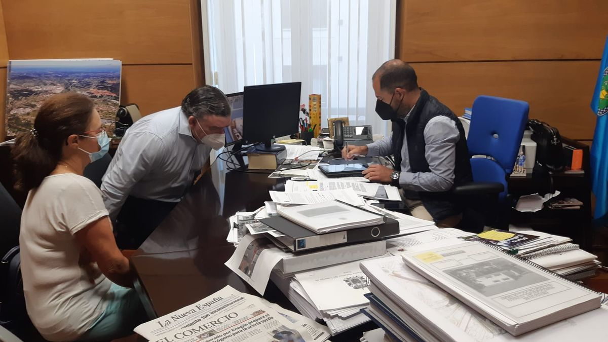 """Ángel García, y Ana Elena Suarez Díaz, presidenta de la """"Sociedad Siero Musical"""" con el secretario municipal, Felipe Fanjul, en la firma del convenio."""
