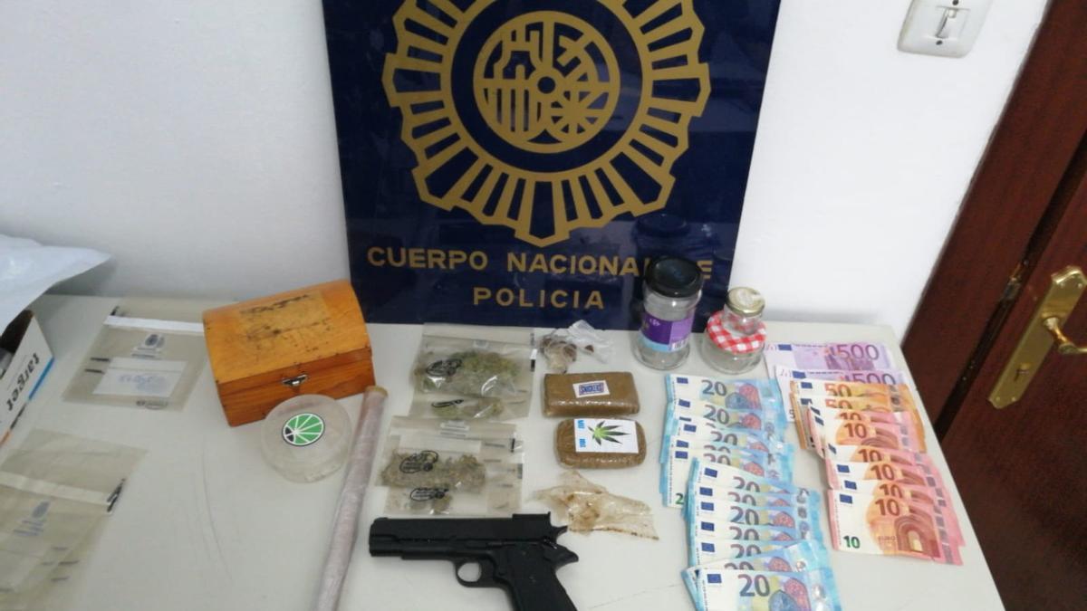 Droga, dinero y arma intervenida por la Policía Nacional.