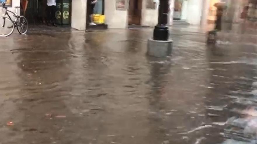 La calle Uría, como Venecia por la fuerte lluvia