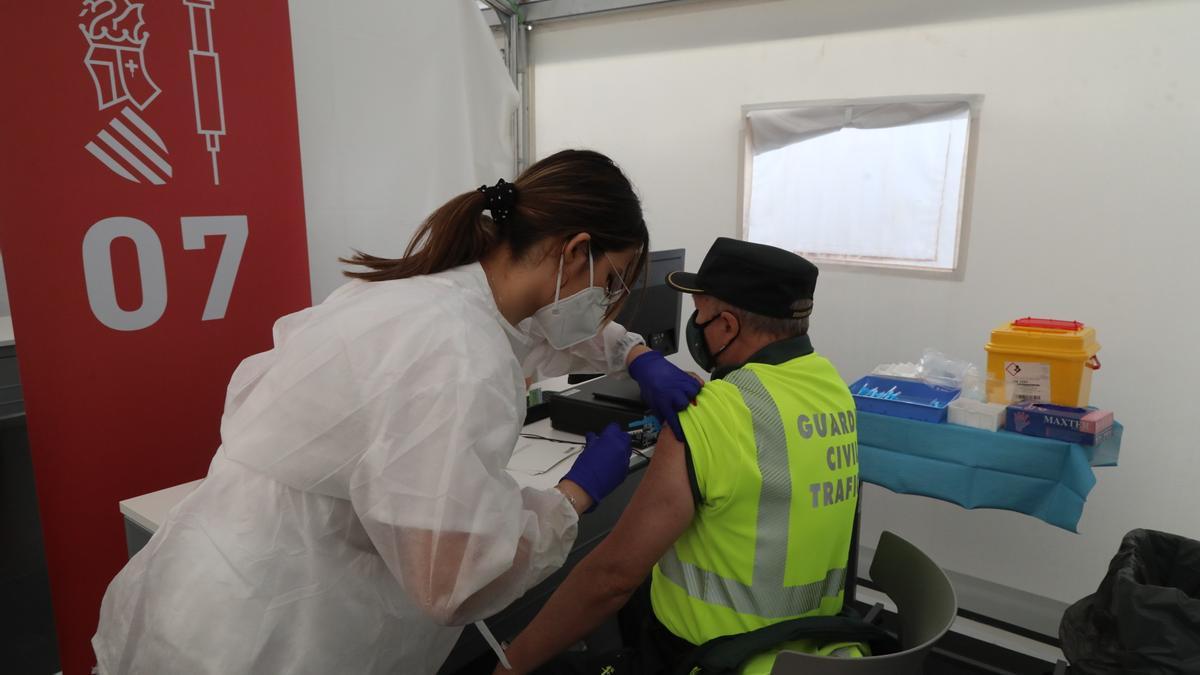 Un Guardia Civil recibiendo este miércoles la vacuna contra el covid en Castelló.