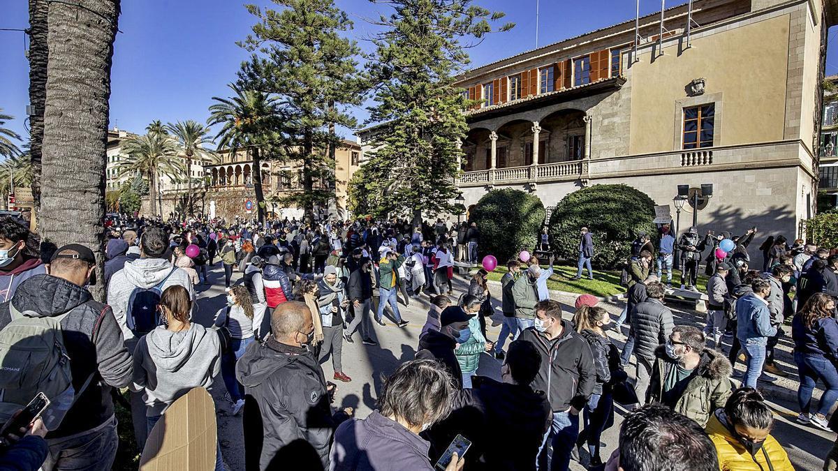 Imagen de la protesta de más de un millar de restauradores ante el Consolat mientras Francina Armengol estaba en Santanyí.