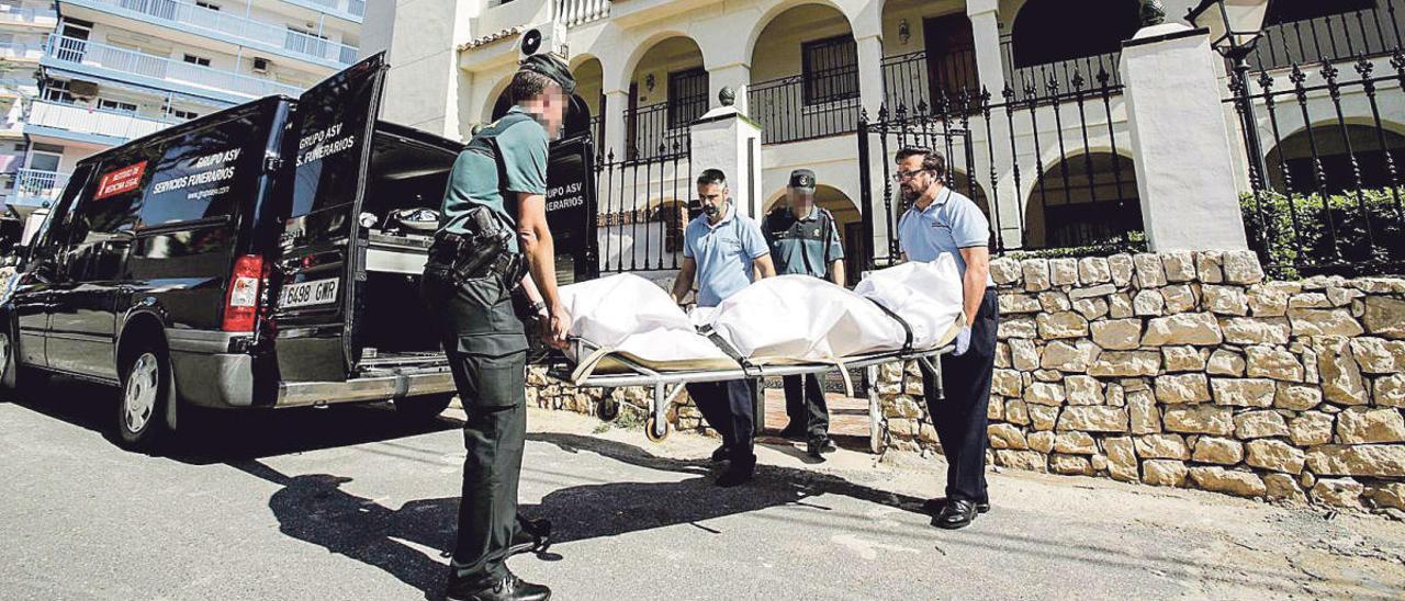 Traslado en el año 2017 del cadáver del hombre asesinado en un apartamento de la playa de Muchavista.