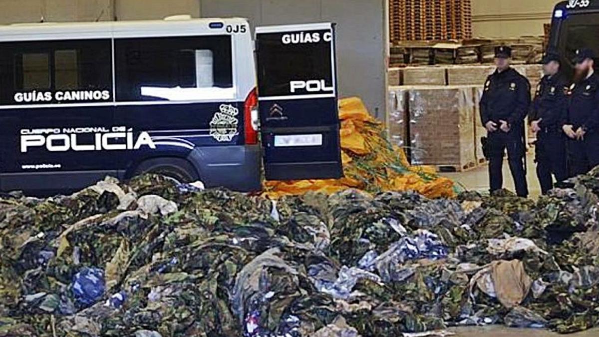 Los uniformes intervenidos por la Policía en el Puerto de València.
