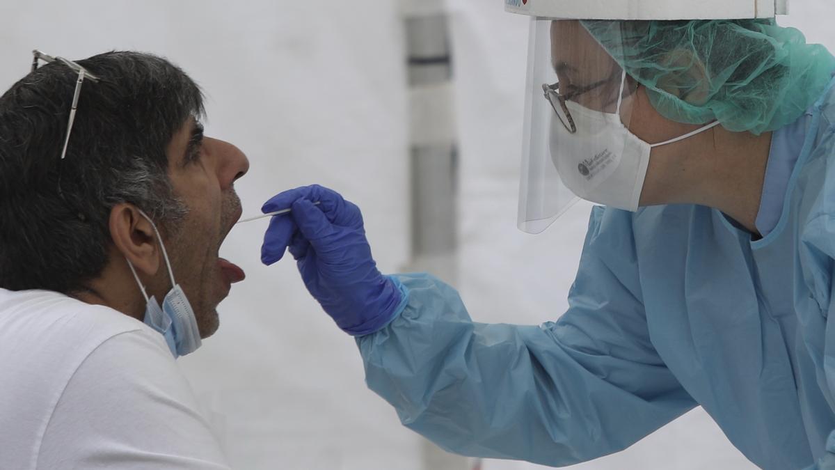 Una sanitaria haciendo una prueba por coronavirus