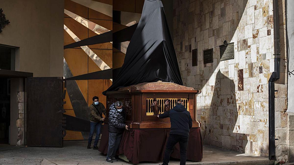 Salida de Redención, tapado, desde el Museo de Semana Santa. | Emilio Fraile