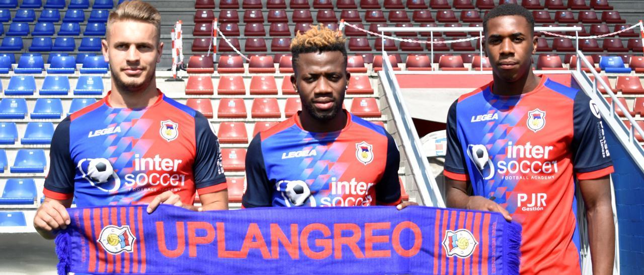 Por la izquierda, Pana, Samba y Dorian, ayer, en su presentación como nuevos jugadores del UP Langreo.   Noé Menéndez