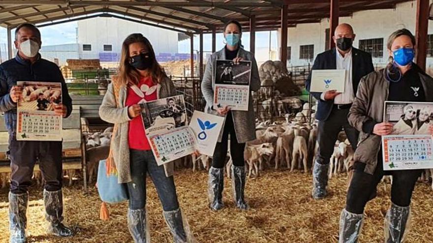 Los ganaderos recaudan fondos contra el cáncer con su almanaque