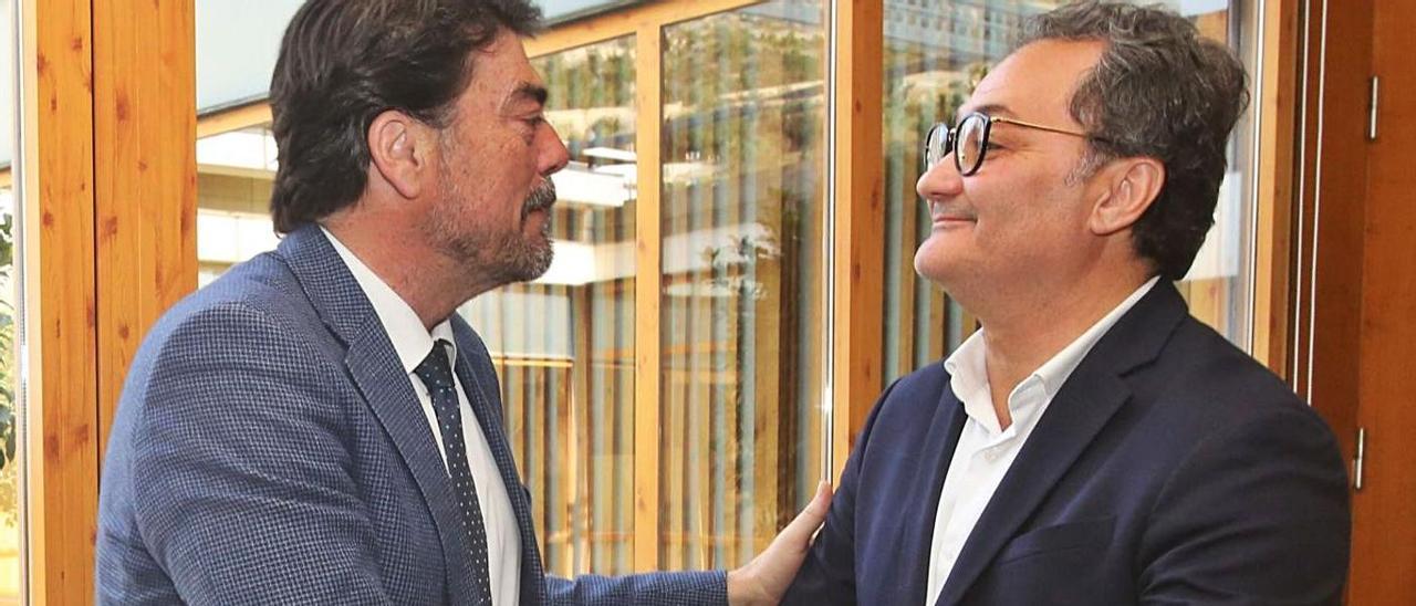 El alcalde, Luis Barcala, y el socialista Sanguino, se saludan, en una imagen de archivo.  | PILAR CORTÉS