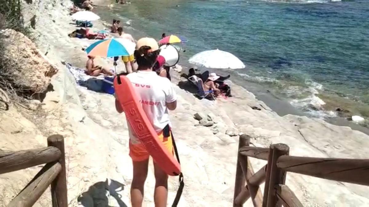 Un socorrista avisa con un altavoz a los bañistas