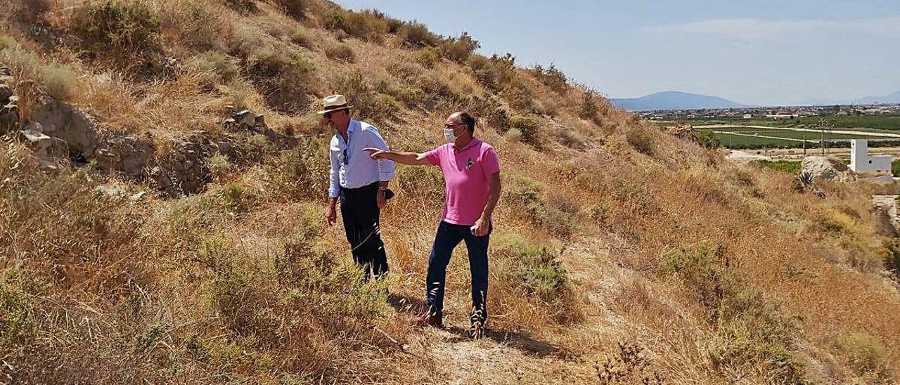 El alcalde de Orihuela, Emilio Bascuñana, y el edil de Patrimonio, Rafael Almagro, en una reciente visita al yacimiento de Los Saladares.