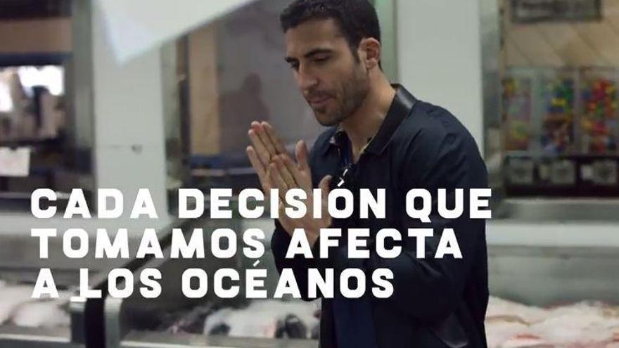 Miguel Ángel Silvestre muestra que el tamaño sí importa... en los pezqueñines