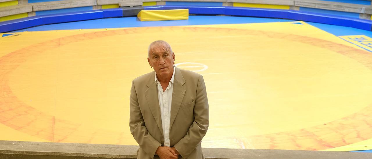 Domingo Gutiérrez, presidente del CL Guanarteme, en las gradas de La Gallera del López Socas. | | JOSÉ CARLOS GUERRA