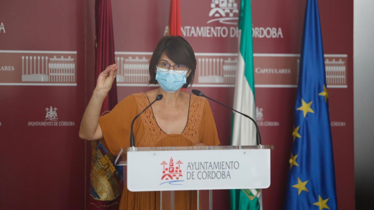 La concejal de IU, Amparo Pernichi, durante su comparecencia ante los medios de comunicación esta mañana.