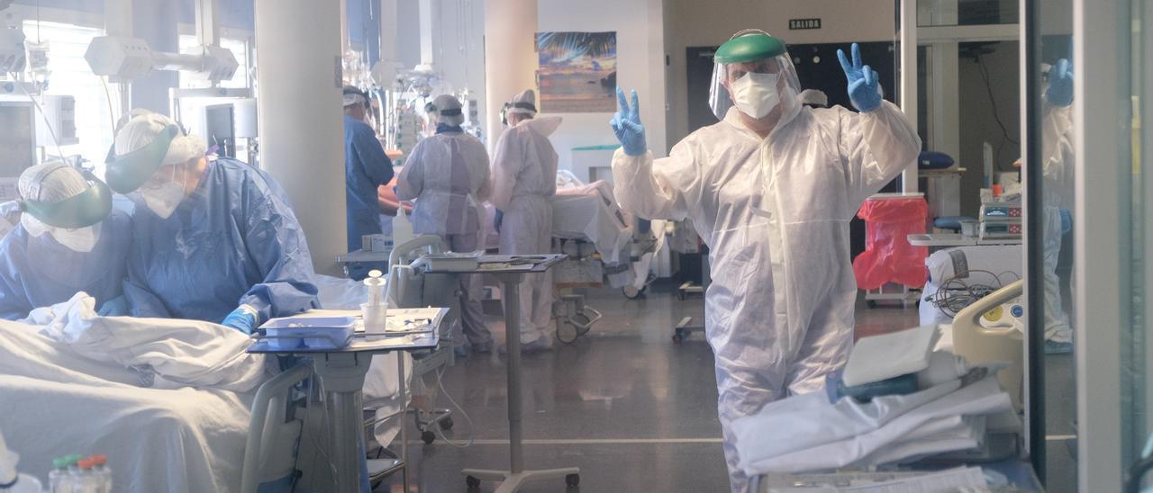 Un sanitario en la UCI del Hospital de Elda mostrando la señal de victoria en la lucha contra el covid en enero de 2021.