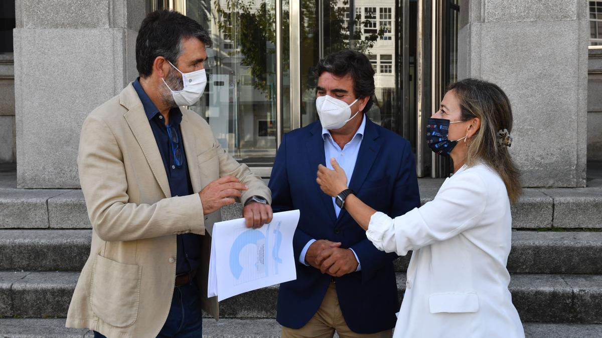 Villoslada, Fernández Prado y Vázquez, ayer antes de la reunión por los muelles.