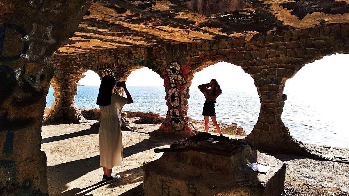 Los grandes óculos de esta construcción «metida» en el mar atraen a muchos turistas. | LEVANTE-EMV