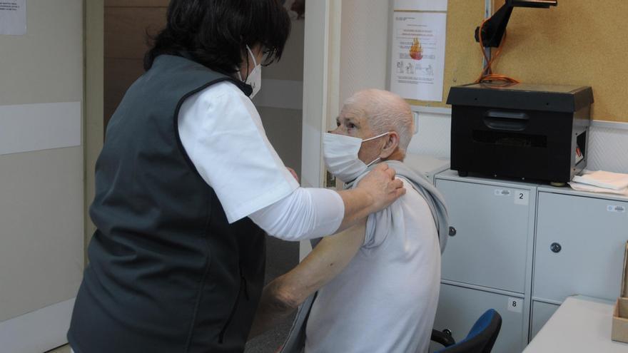 Vacunacion en el centro de salud de Cangas