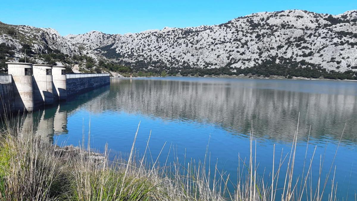 Imagen del pantano de Cúber, que ocupa una superficie de 691.103 metros cuadrados, que el Ayuntamiento afirma que son de su propiedad.