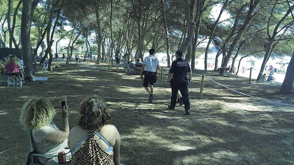 Varios policías locales controlaban ayer que la gente respetase el espacio acordonado.
