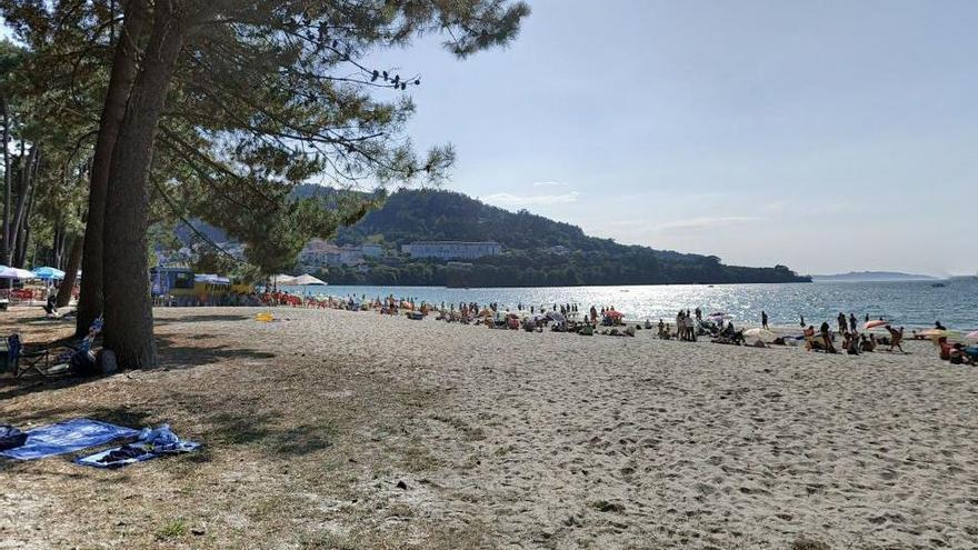 Fallece tras caerle la rama de un árbol en la playa de A Magdalena