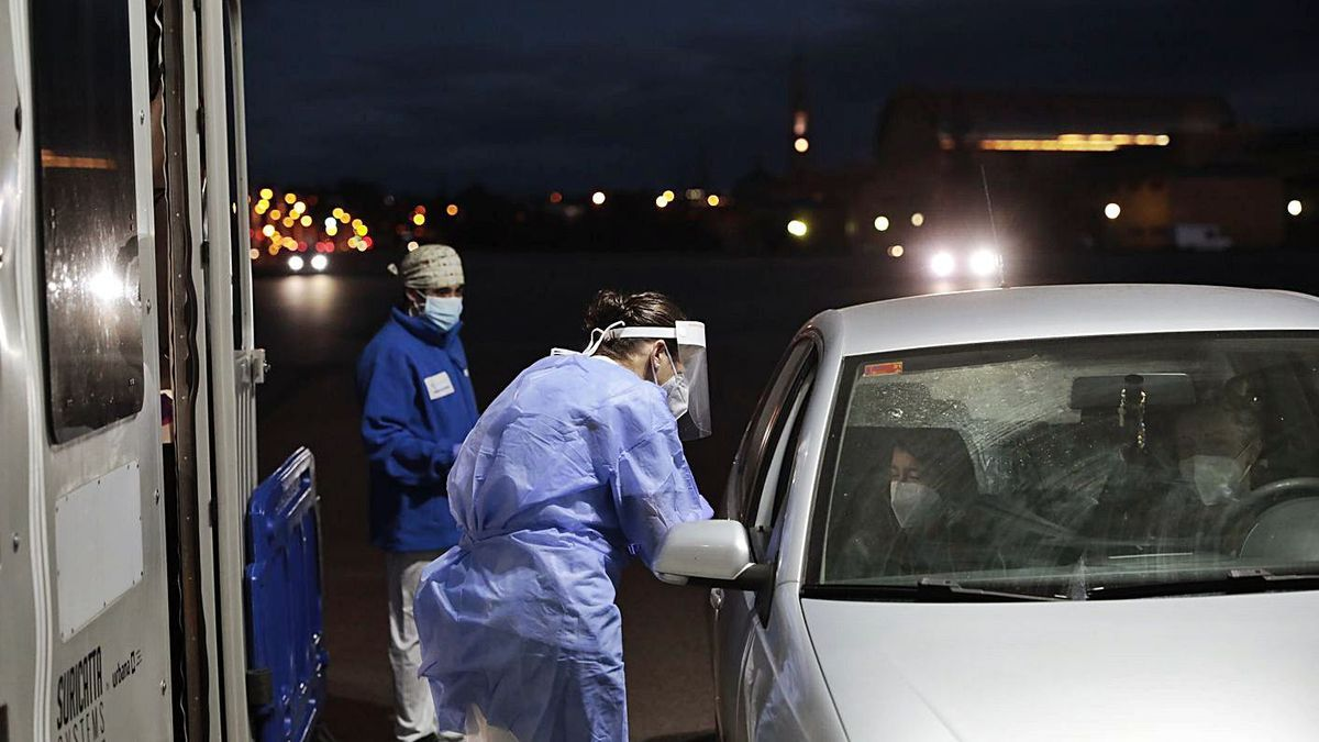 Sanitarios realizando pruebas PCR en el autocovid de Marina Civil de Gijón, ayer.   Marcos León