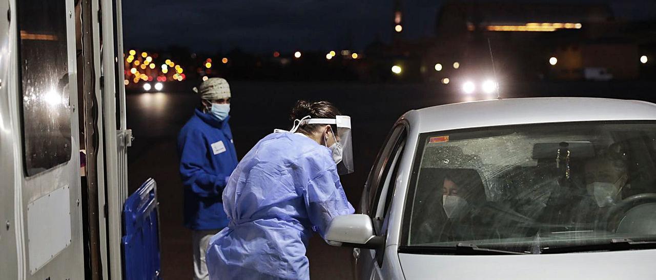 Sanitarios realizando pruebas PCR en el autocovid de Marina Civil de Gijón