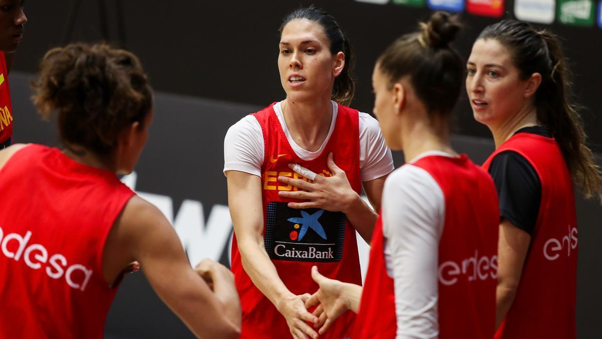 Anna Cruz habla con sus compañeras durante la concentración de la selección española femenina de baloncesto en Valencia en noviembre de 2020.