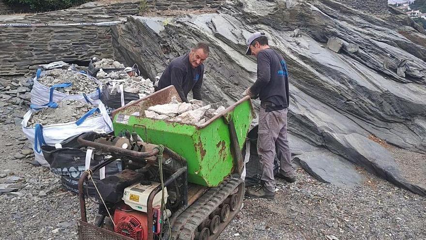 Cadaqués retira un antic moll de ciment «il·legal» d'una platja