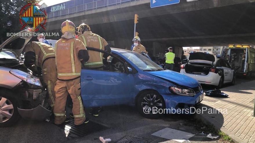 Auxilian a una embarazada atrapada en su coche tras chocar contra otro turismo en Palma