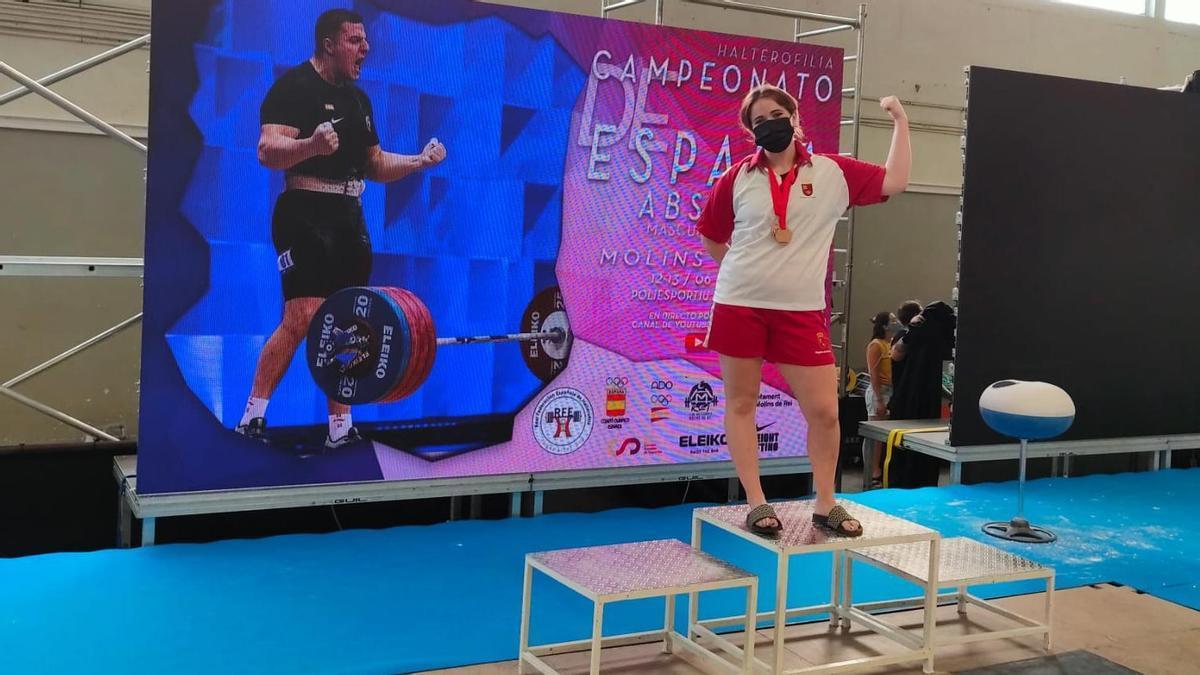 Clara Sánchez enseña sus dos medallas de bronce conseguidas durante el Campeonato de España
