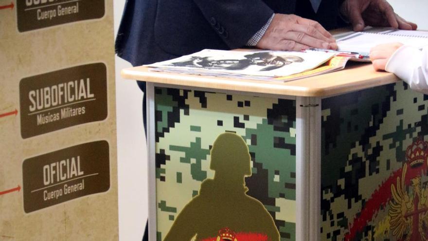 L'Exèrcit arracona el mostrador de l'Expojove per tapar els dibuixos on apareix una arma